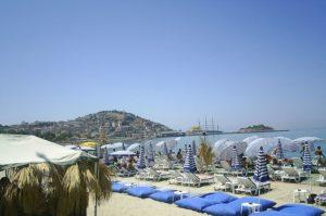 800px-Kuşadası_plaj