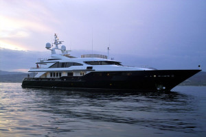 800px-Luxury_yacht_in_the_Gulf_of_Saint-Tropez,_2006