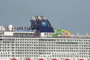 800px-Norwegian_Epic_water_chute_2